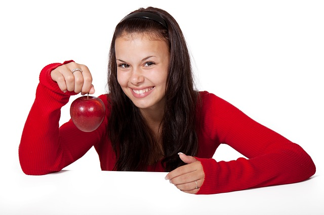 holka a jablko