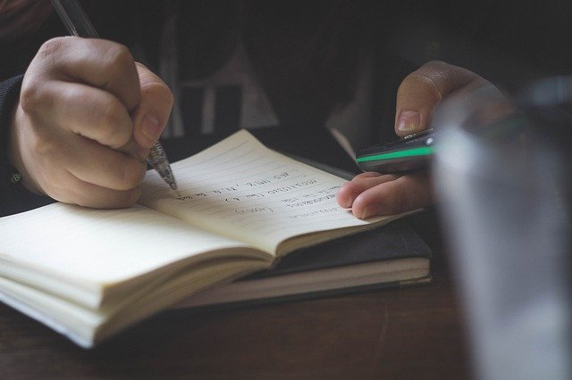 Psát a učit se.